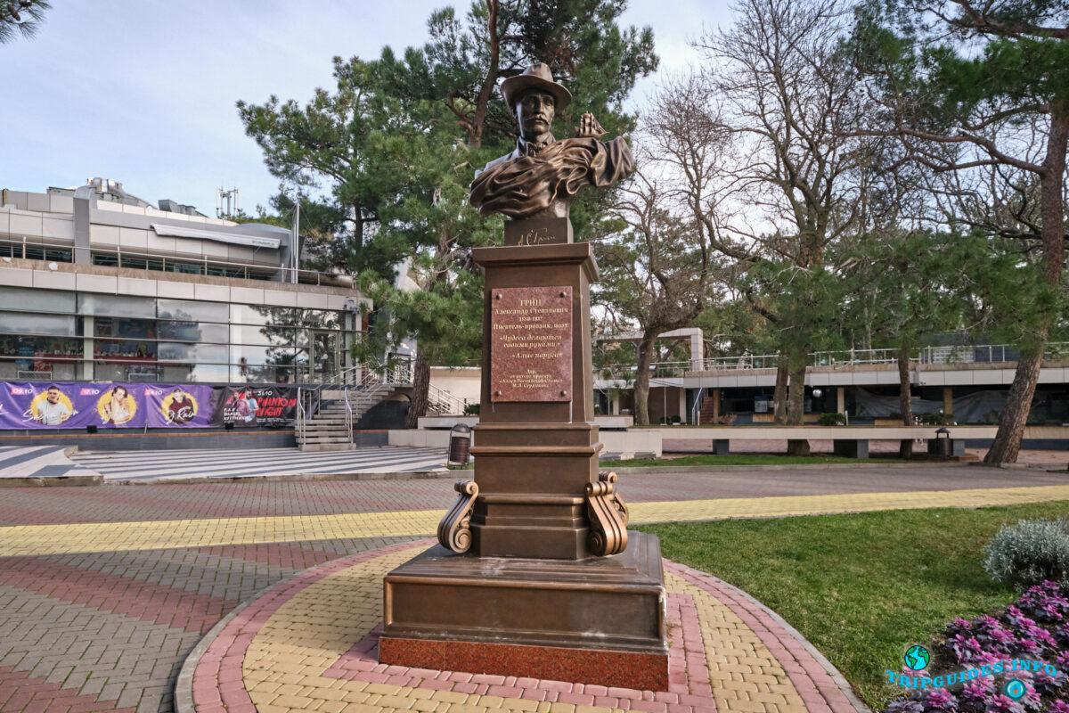 Скульптура Грину Александру Степановичу в Геленджике