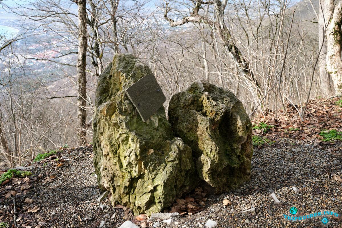 Камень любви - Аллея сказок в Верхнем парке Сафари-парка Геленджик