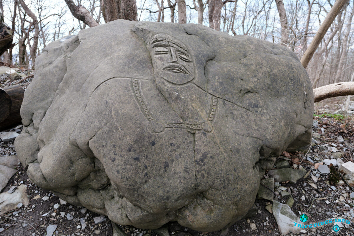 Камень с изображением человека - Аллея сказок в Верхнем парке Сафари-парка Геленджик