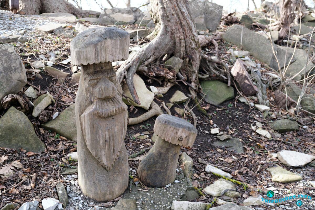 Грибы (резное дерево) - Аллея сказок в Верхнем парке Сафари-парка Геленджик