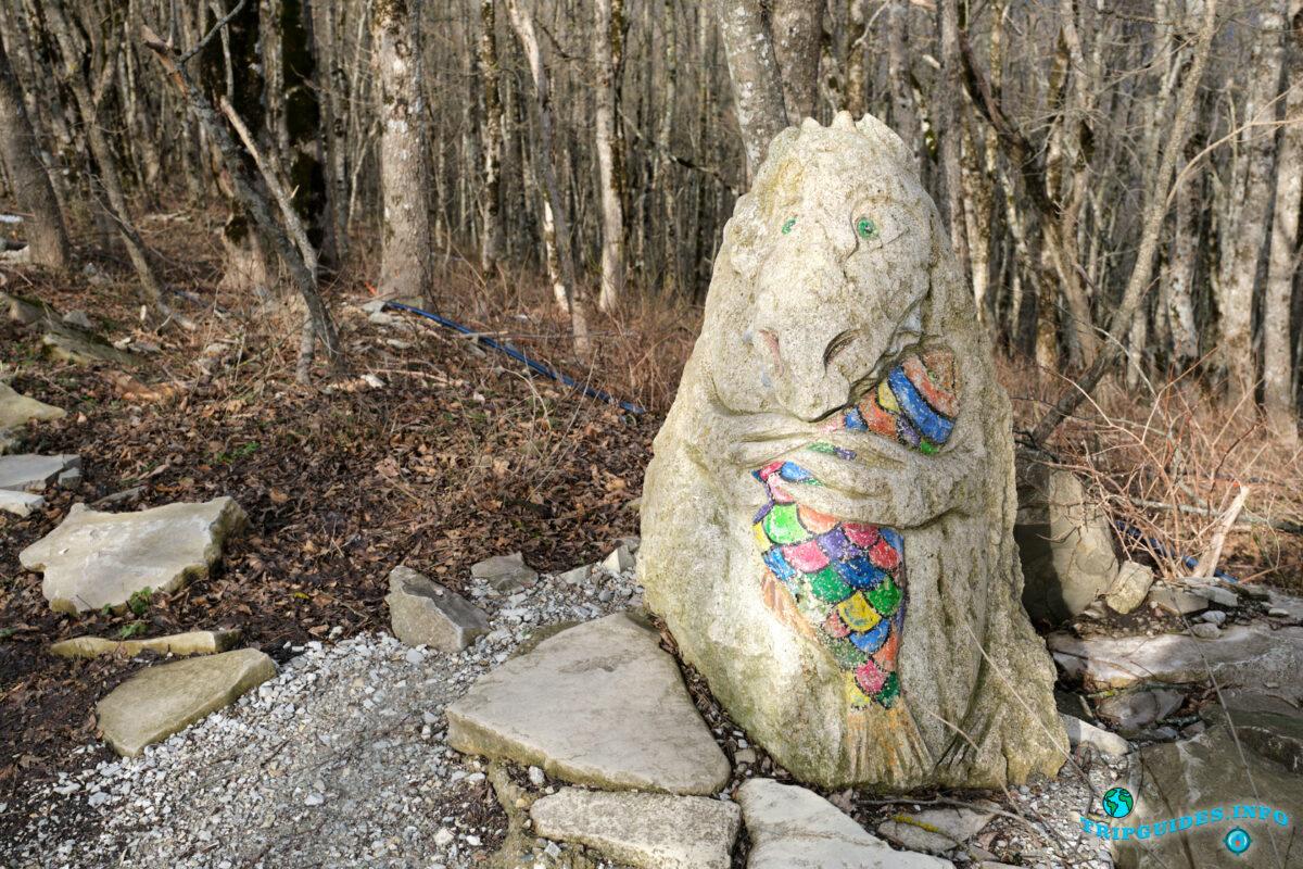 Фигуры животных из камней - Аллея сказок в Верхнем парке Сафари-парка Геленджик