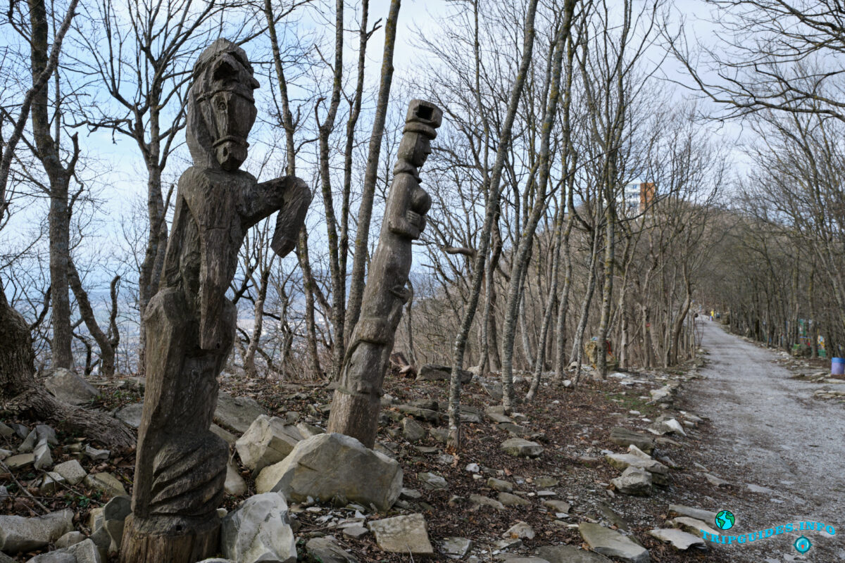 Резное дерево - Аллея сказок в Верхнем парке Сафари-парка Геленджик