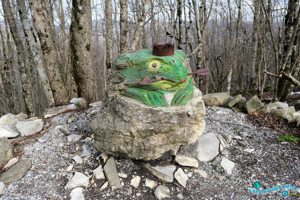 Лягушка со стрелой (фигура из камня) - Аллея сказок в Верхнем парке Сафари-парка Геленджик