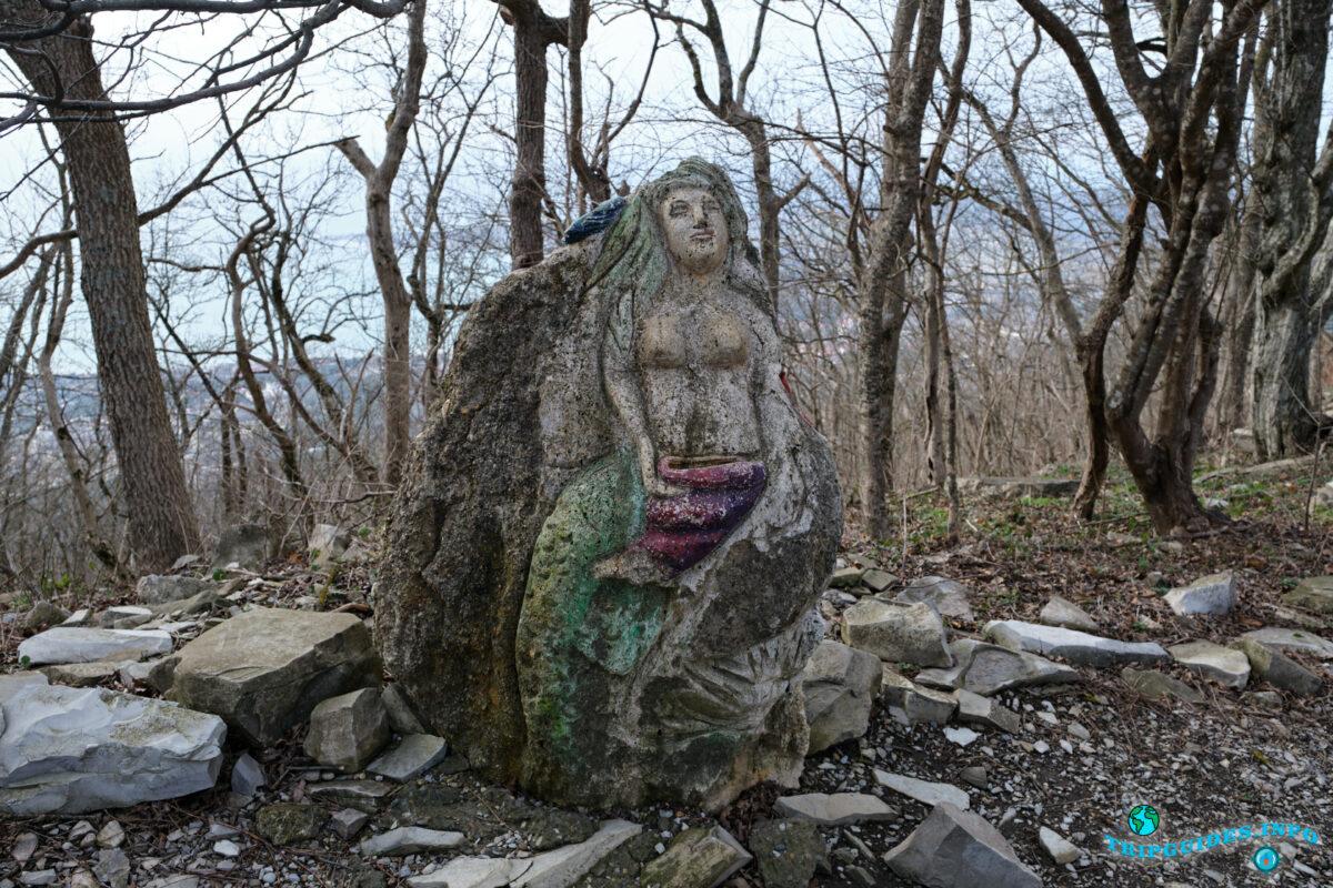 Русалка (фигура из камня) - Аллея сказок в Верхнем парке Сафари-парка Геленджик