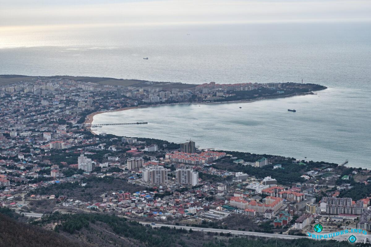 Вид на город курорт Геледжик - Верхний парк Сафари-парка Геленджик