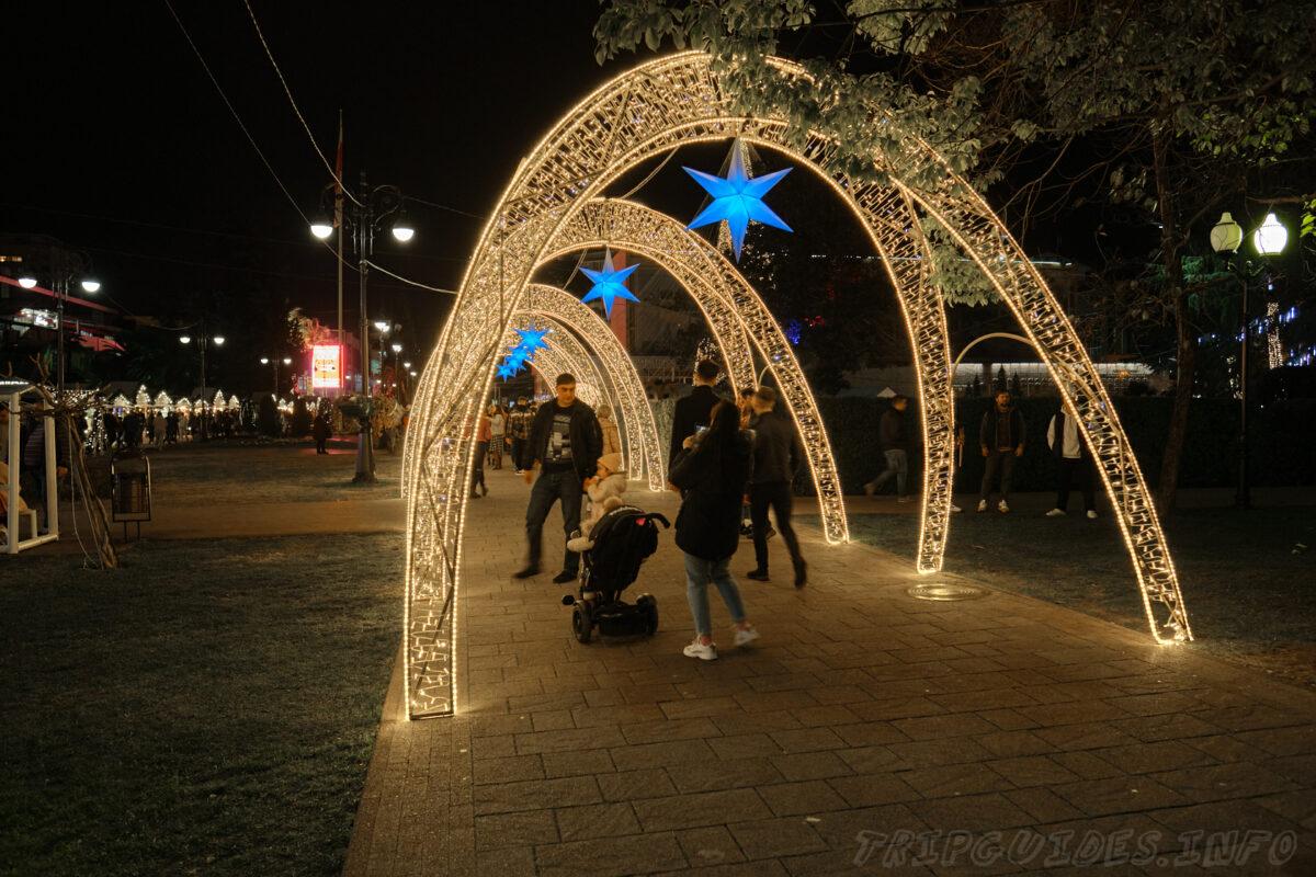 Навагинская улица в Новый год - город Сочи - Россия