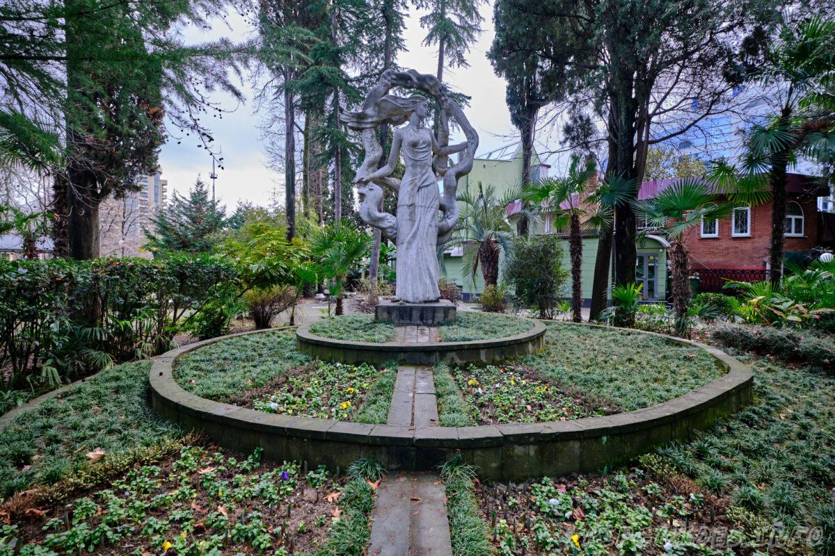 Парк Ривьера в Сочи - скульптура женщины
