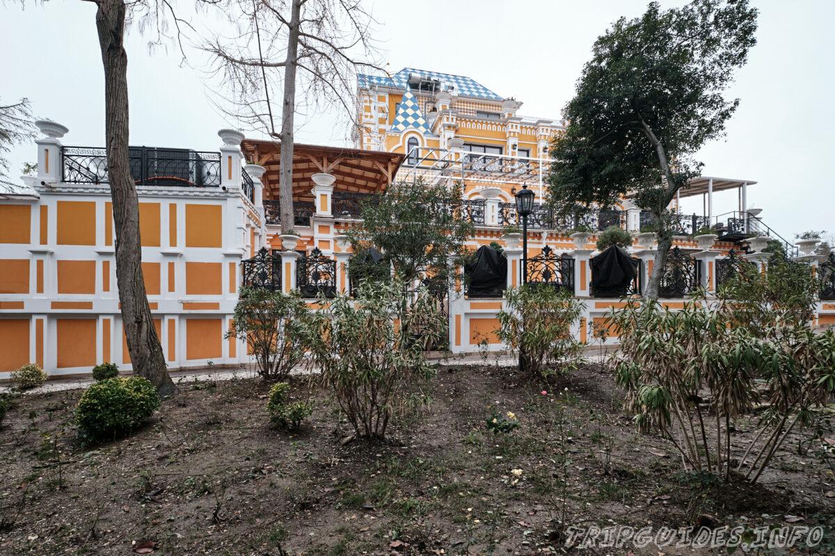Дом основателя парка Василия Хлудова - вид сбоку