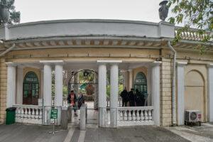 Сочинский дендрарий - вид кассы из парка