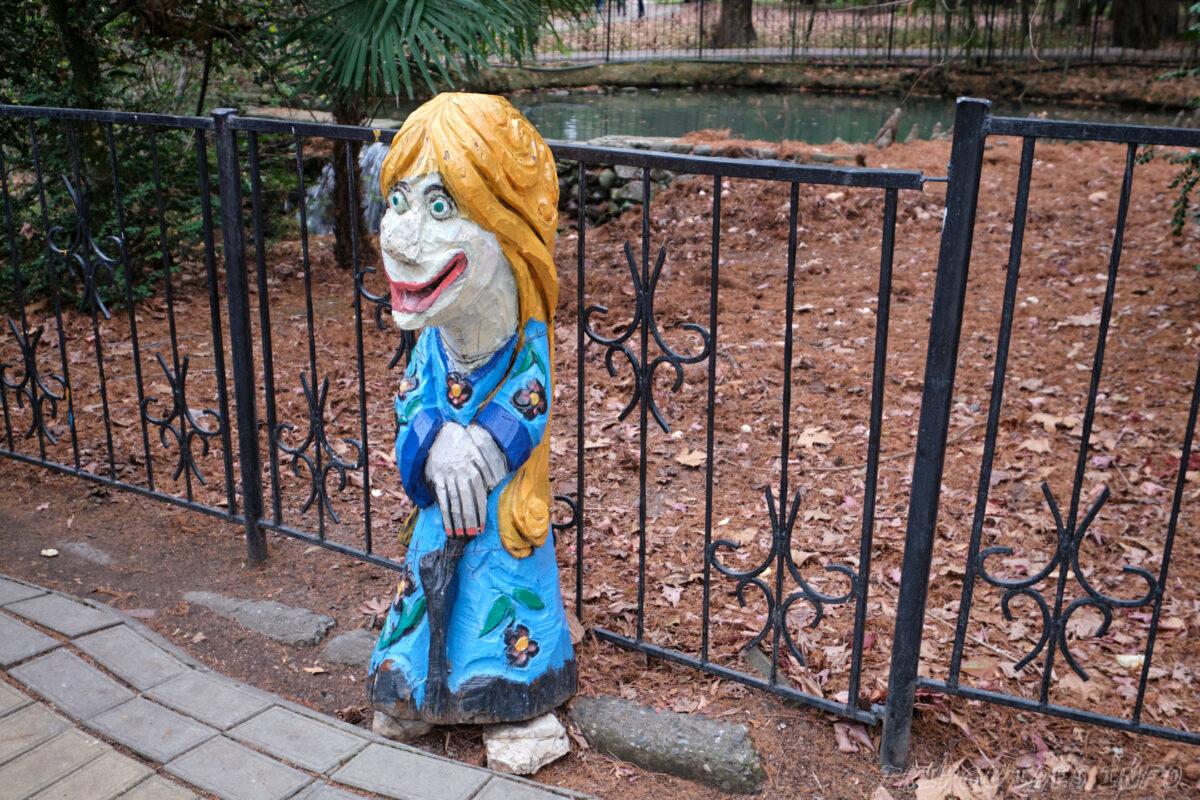 Сочинский дендрарий - нижний парк - резные фигуры из дерева