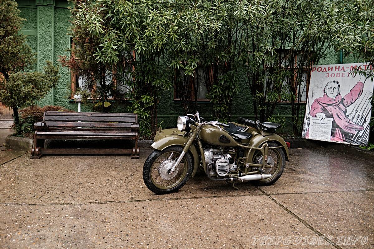 Дача Сталина в Сочи - мотоцикл во дворе