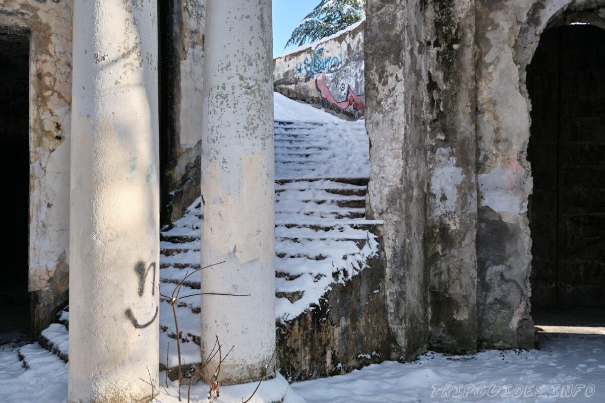 Заброшенный ресторан на горе Ахун