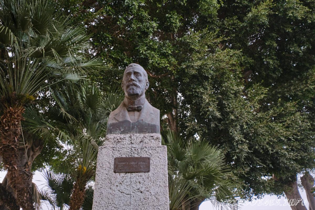 Памятник на площади Андрес де Лоренцо Касерес в Икод-де-Лос-Винос на Тенерифе в Испании