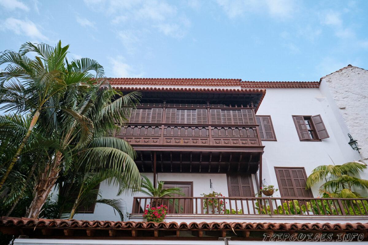 Старинные канарские балконы в Икод-де-Лос-Винос на Тенерифе в Испании