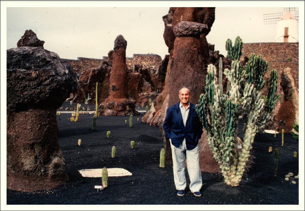 Сезар Манрике в саду кактусов на Лансароте